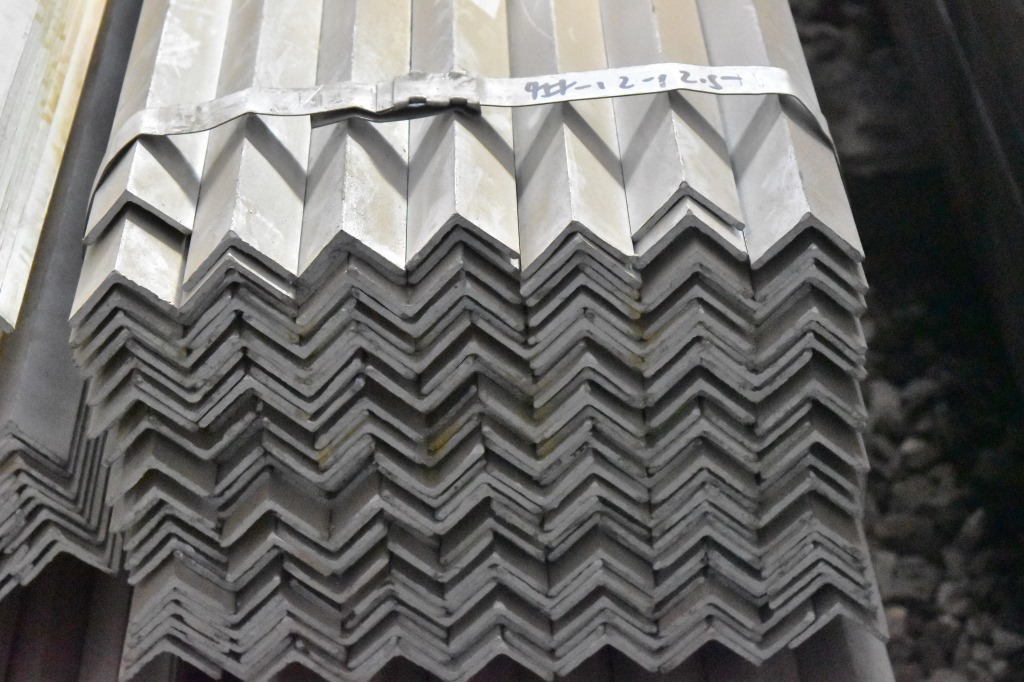 Thép chữ V  Large inventory pure hot galvanized angle black angle Promotions