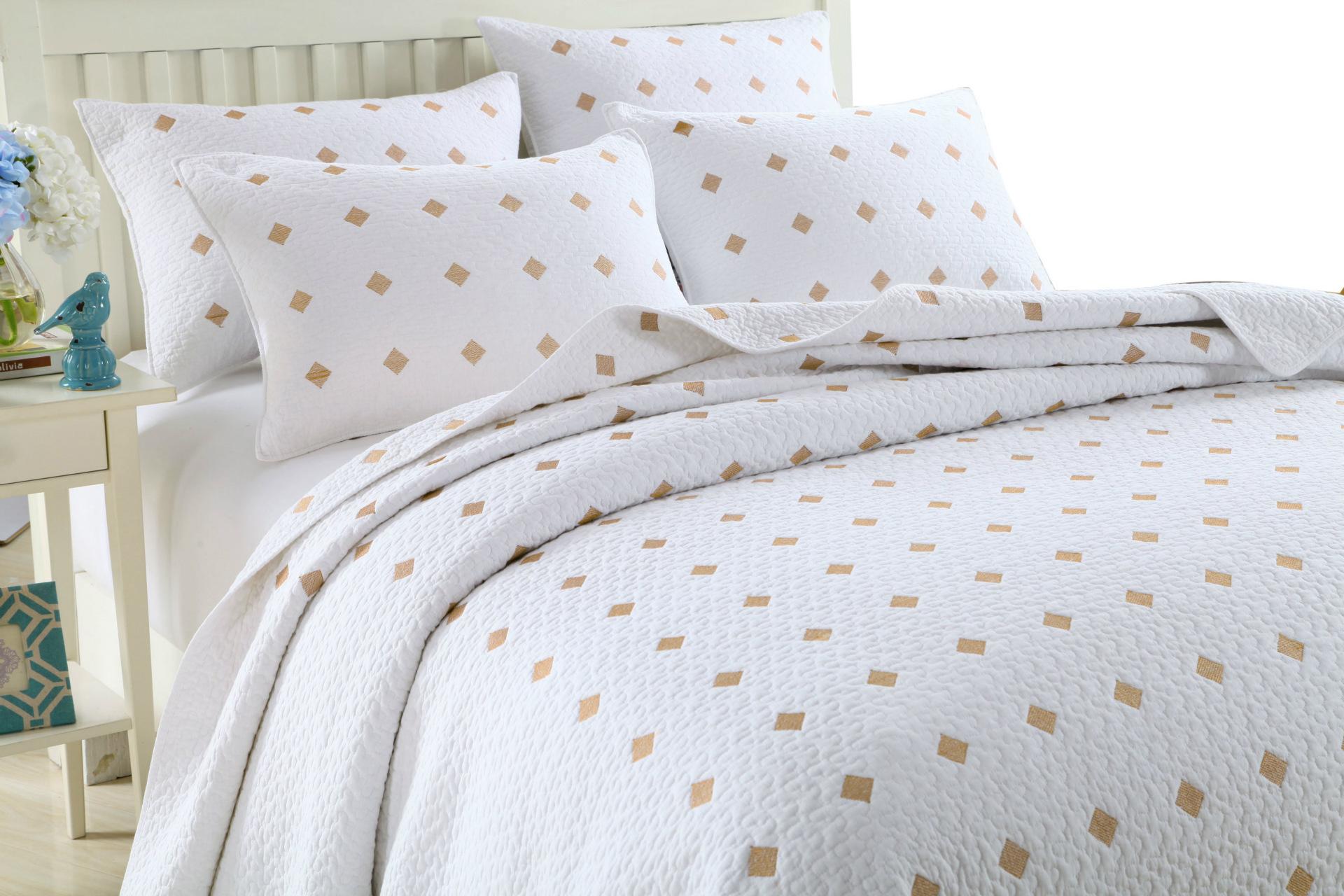 Khăn trải giường mùa xuân 3 mảnh màu trắng có in hình trang trí