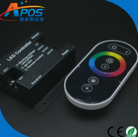 Dẫn chạm vào bộ điều khiển điện RF RGB chạm vào cái điều khiển từ xa chạm vào thiết bị chỉnh ánh sán