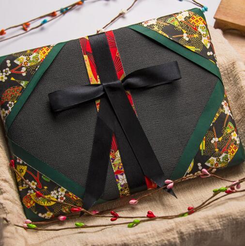 Trí chuyển gói quà tặng quà Tết Nguyên đán giấy đỏ Trung Quốc vui mừng xuân ở hộp quà gửi tặng người
