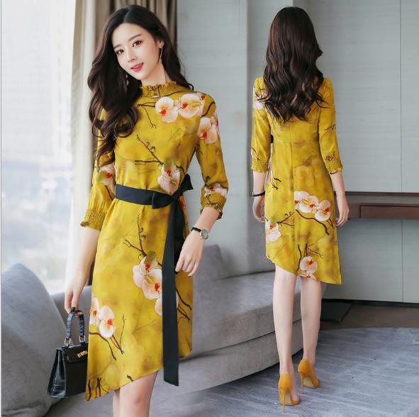 Đầm vàng in hoa kết hợp thắt lưng đen tạo điểm nhấn