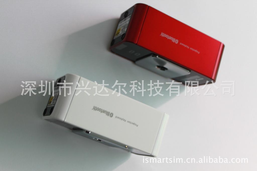 Bàn phím trên bàn phím Bluetooth không dây. Tia laser chiếu laser trên bàn phím trên bàn phím trên b