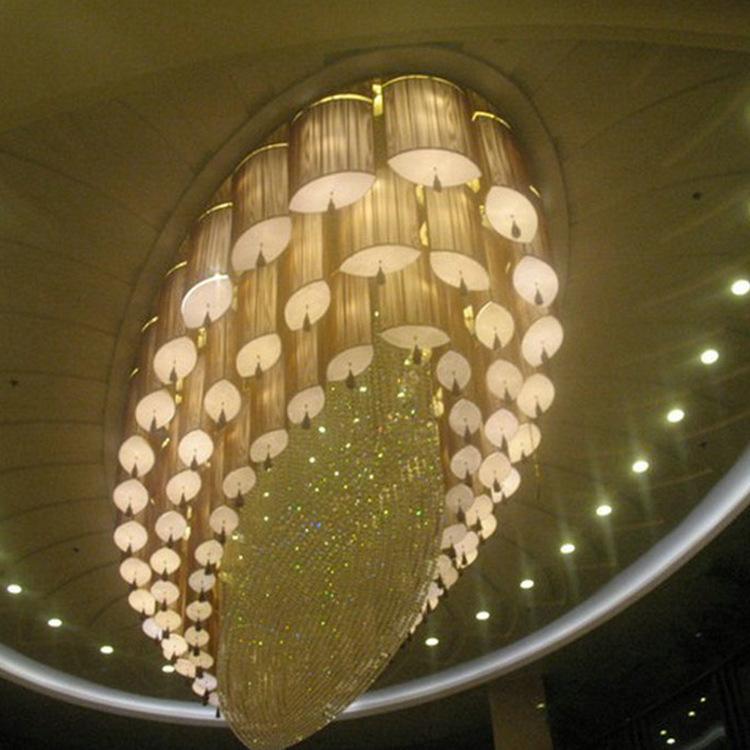 Đèn chùm thiết kế sáng tạo và sang trọng cho sảnh khách sạn lớn.