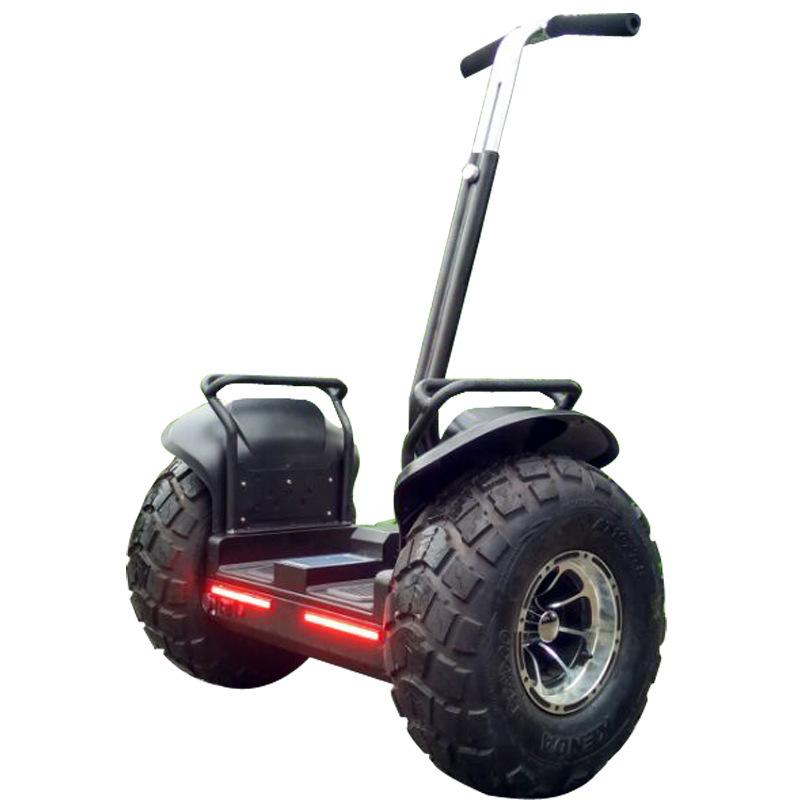 Xe điện cân bằng với tay vịn điều khiển thông minh .