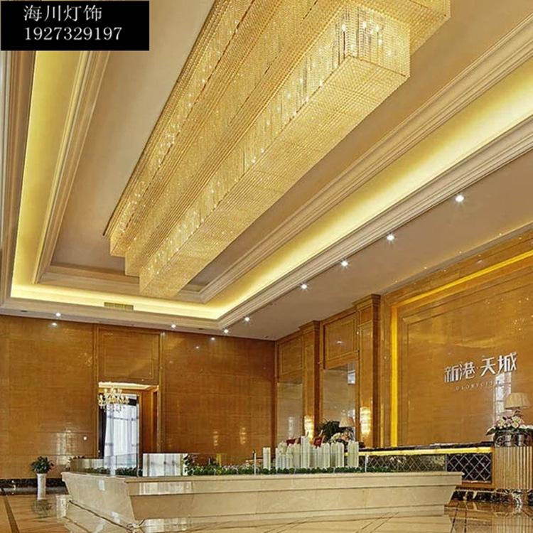 Sảnh khách sạn sảnh khách sạn lớn. Kỹ thuật ánh sáng đèn pha lê tại phòng họp hút nón ánh sáng: