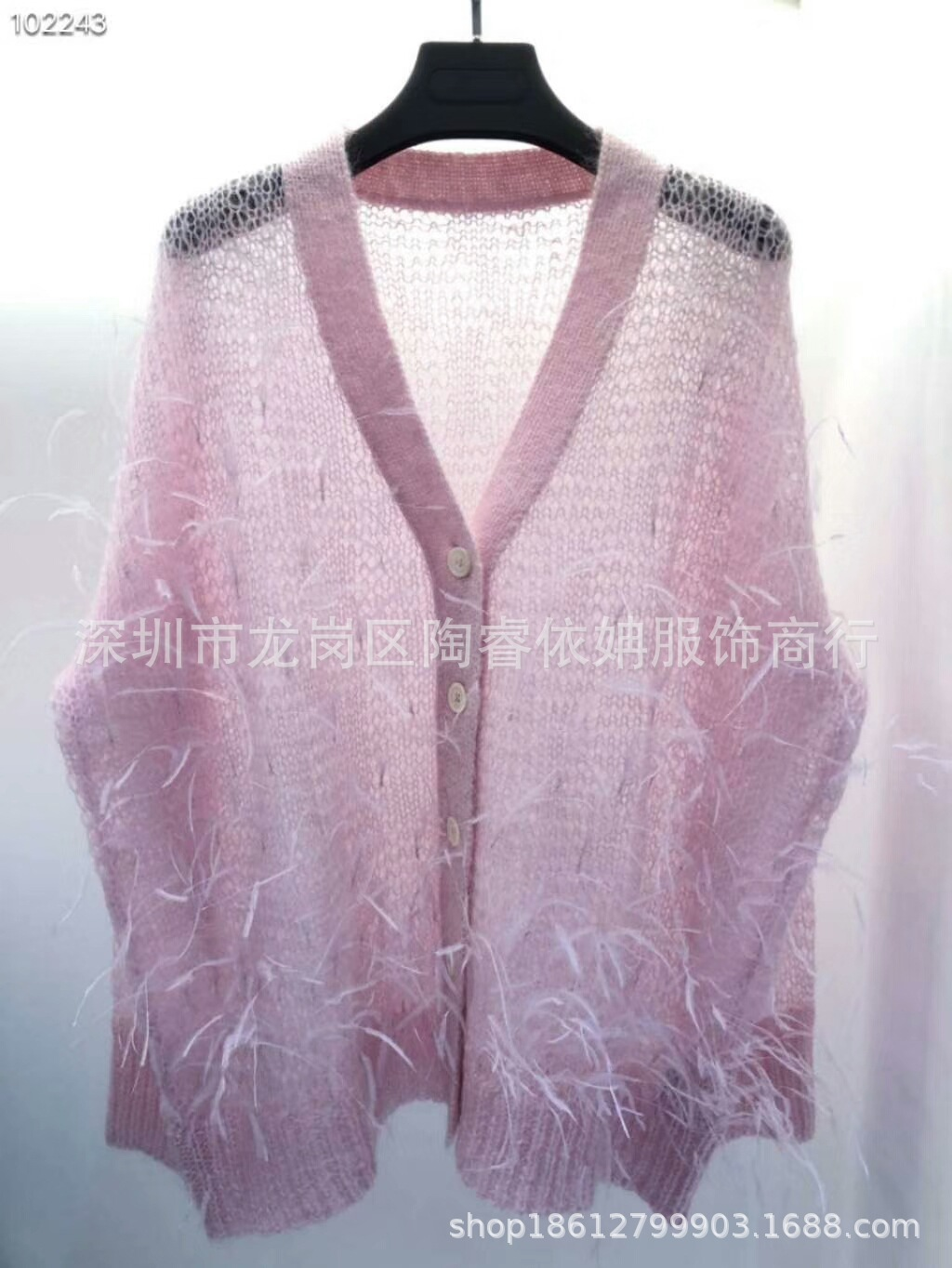 Áo len hồng cổ tam giác chất liệu vải mỏng nhẹ, thoáng mát