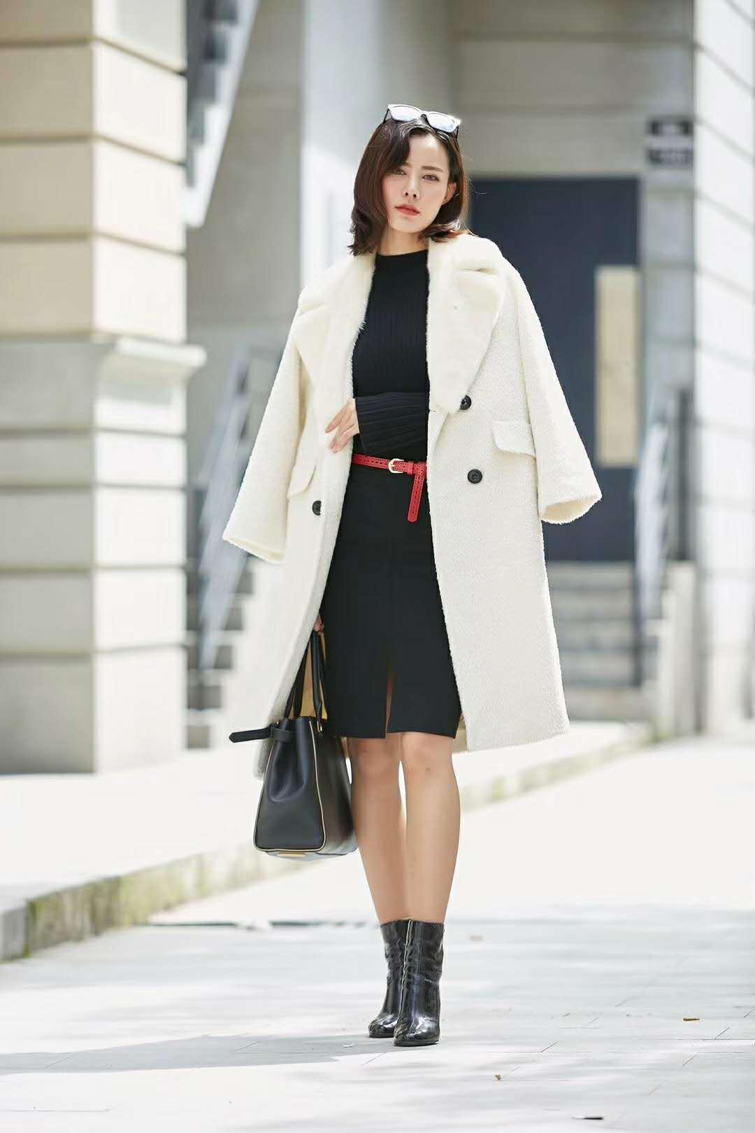 Áo thun kết hợp chân váy đen kèm thắt lưng đỏ