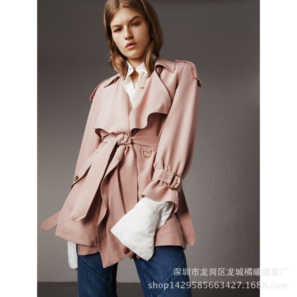 Áo khoác lụa màu hồng nhạt kiểu dáng thời trang