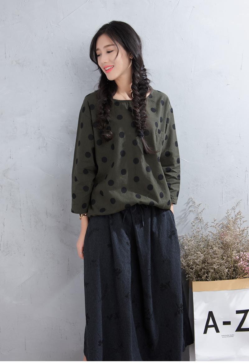 Áo thun nữ màu xanh đậm chấm bi đen