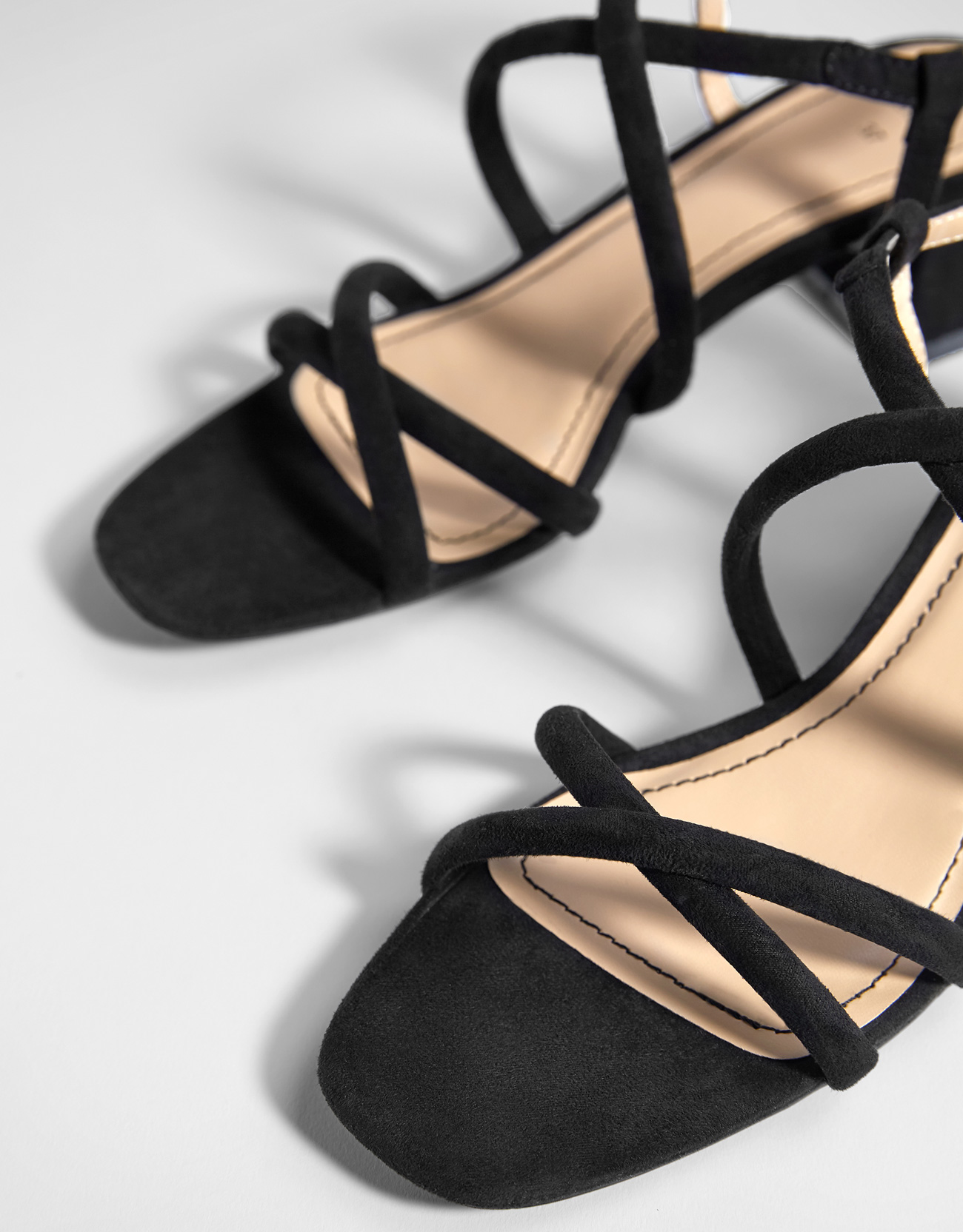 Giày sandal quai chéo dành cho nữ , màu đen nhám .