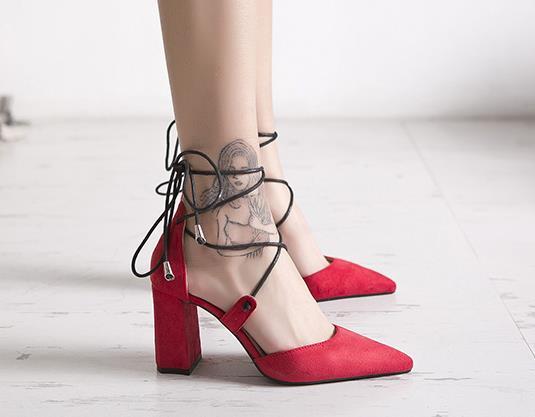 Giày cao gót mũi nhọn nhung màu đỏ thời trang .