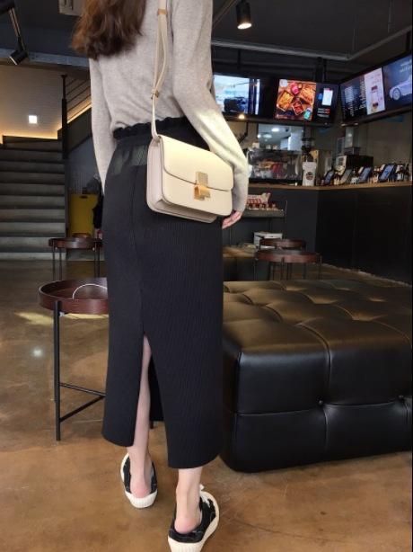 Áo thun nữ chất liệu vải mềm mại kết hợp chân váy xẻ