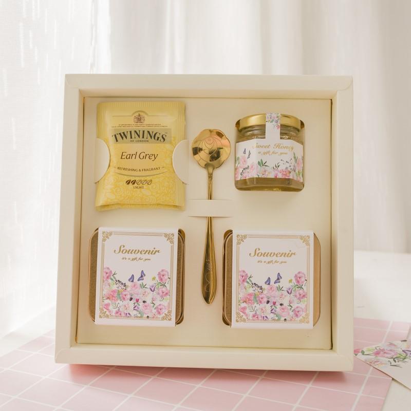 Cá tính mới mẻ với tay hộp kẹo mừng lễ cưới nhỏ trong lành ngày lễ tình nhân. Cô dâu lớn châu Âu đã