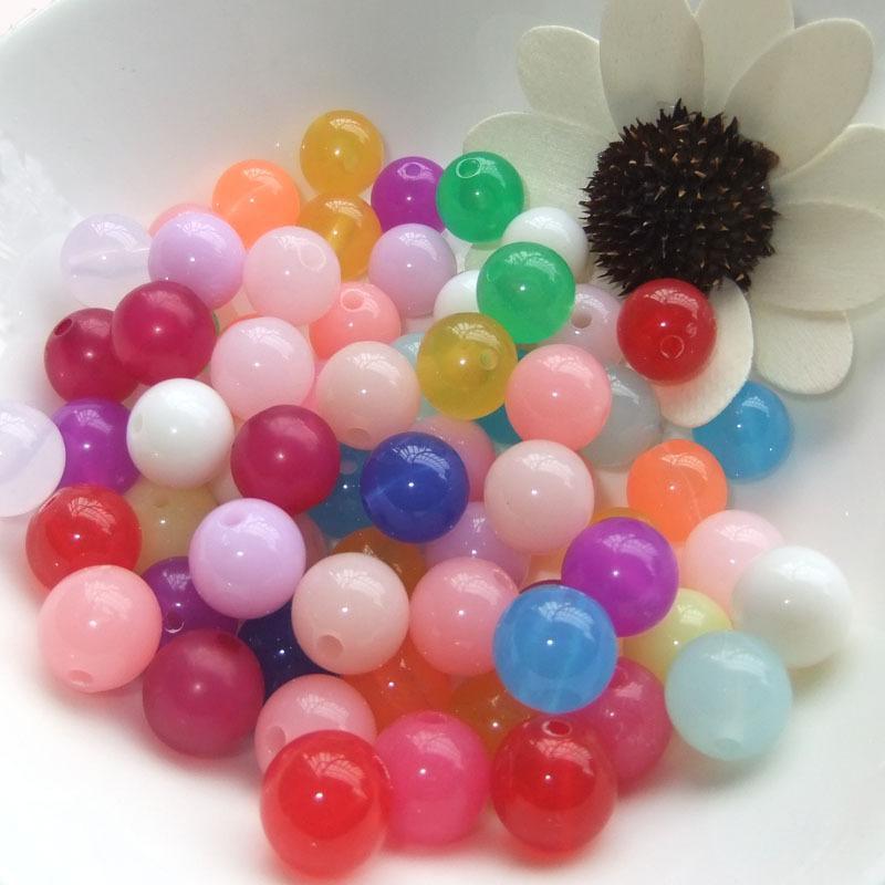 Hạt nhựa đủ sắc màu có lỗ xâu, dùng làm dây đeo, vòng tay