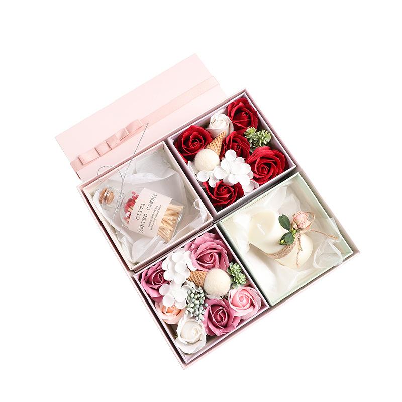 Hộp quà tặng gồm nến , hoa và xà phòng thơm .