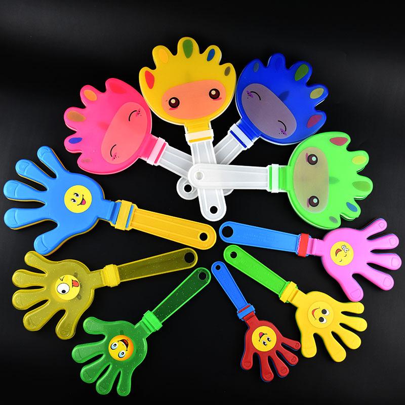 Đồ chơi phát sáng : bàn tay bằng nhựa phát ra ánh sáng .