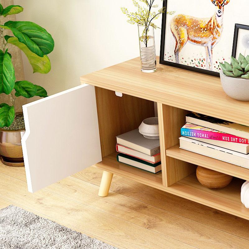 Tủ tivi bằng gỗ nhỏ cho căn hộ phòng khách .