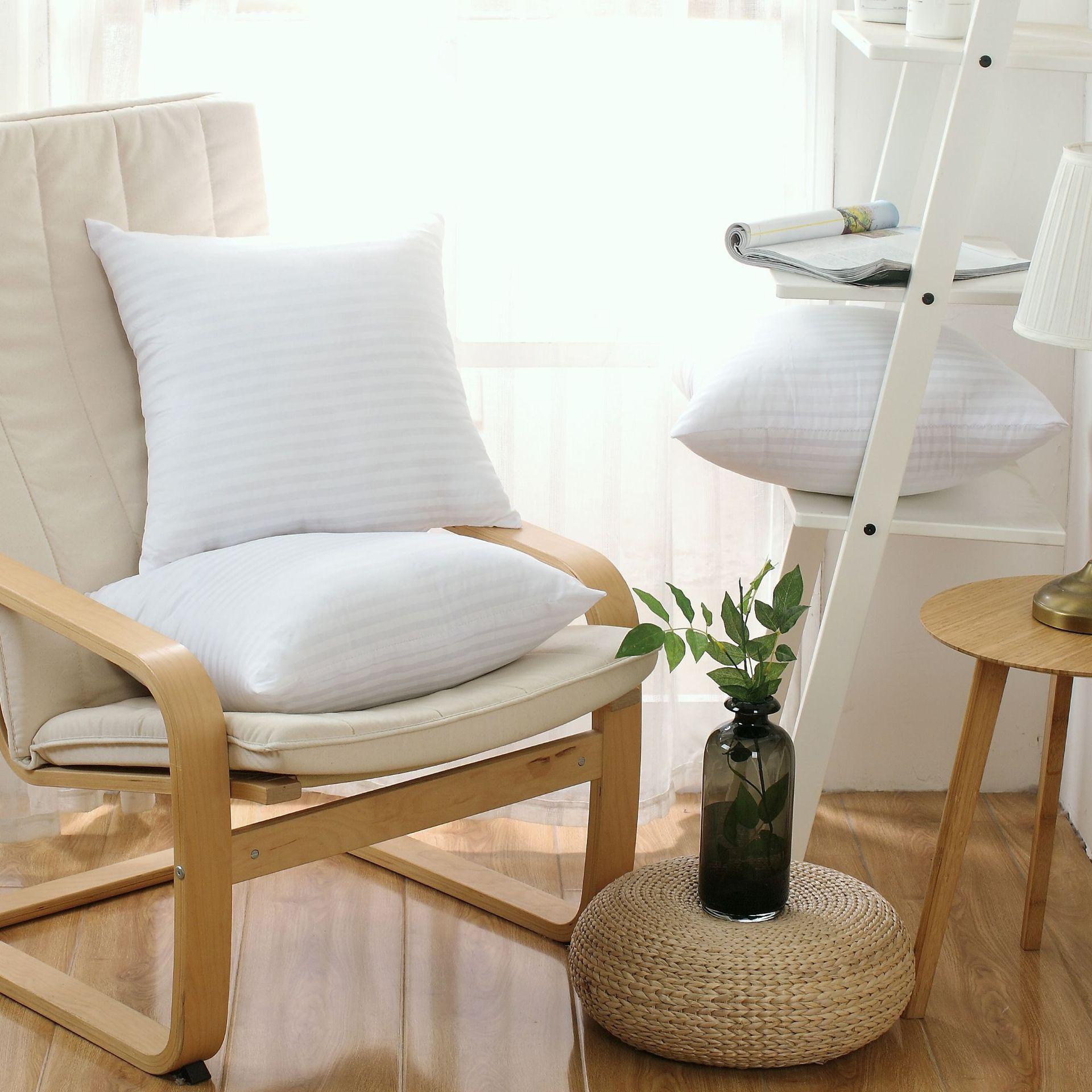 Gối tựa lưng ghế sofa , thiết kế màu trắng đơn giản .