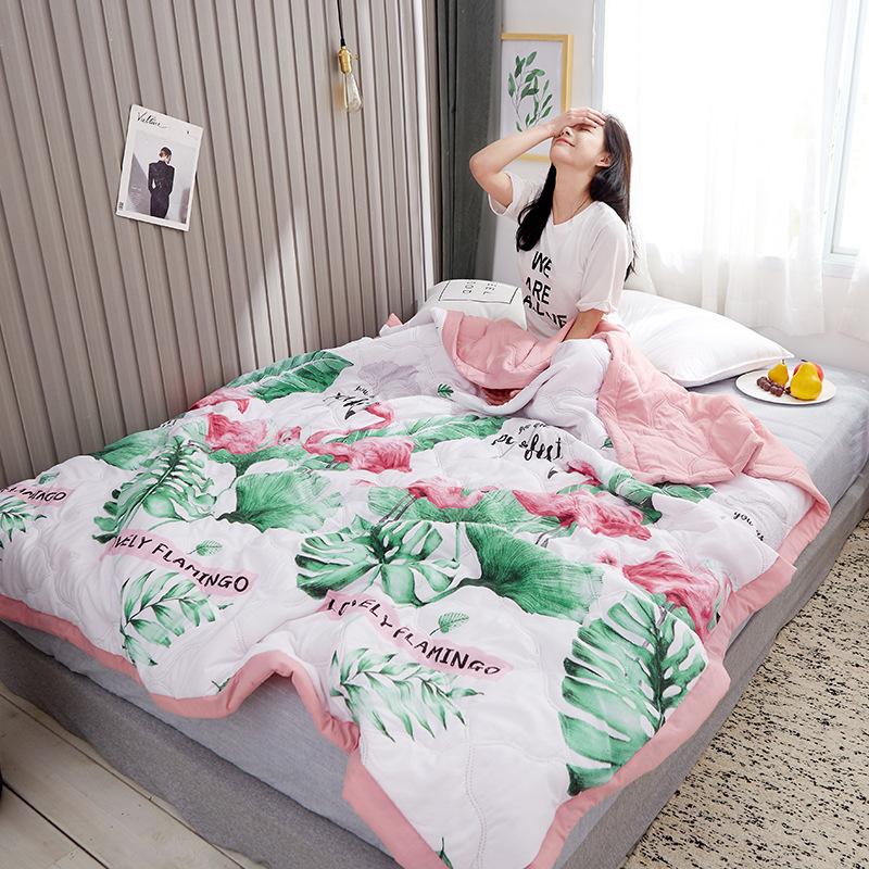Bộ chăn drap giường với hình dễ thương .