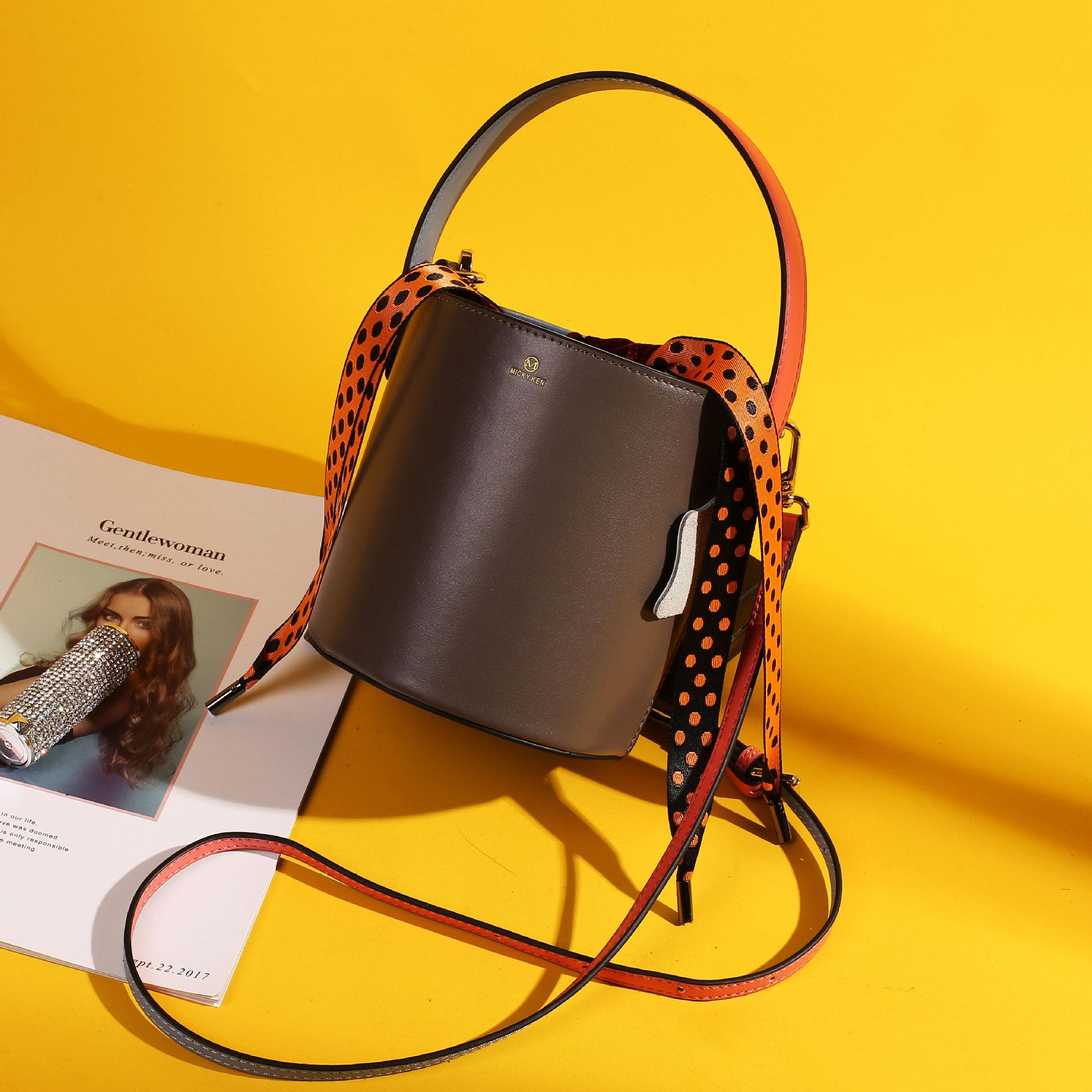 thị trường túi - Vali Niche thiết kế túi xách da xô túi xách nữ 2019 mới đeo vai nữ đeo chéo di động