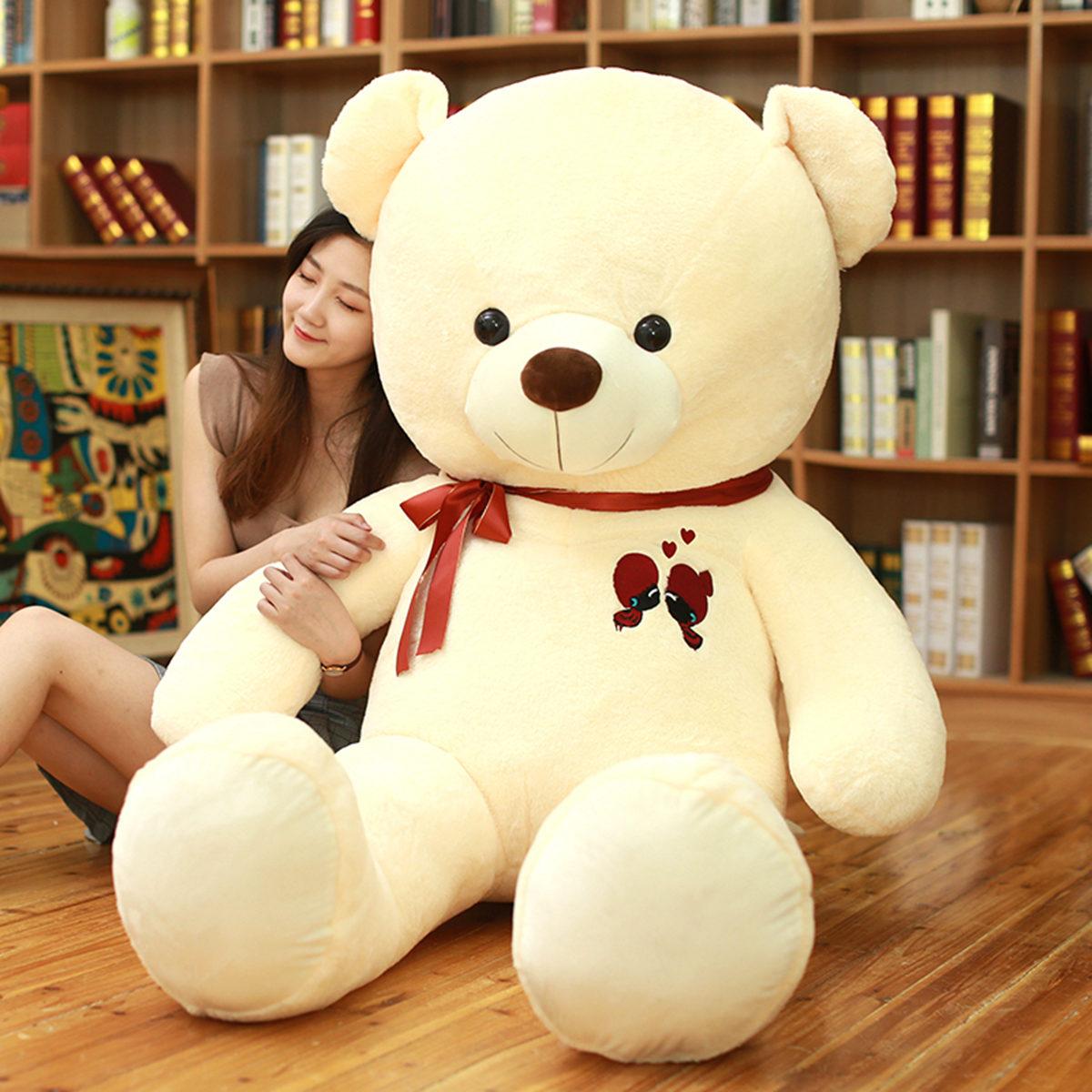 Búp bê vải Gấu bông yêu quý... ôm con gấu... và ôm ấp nó.