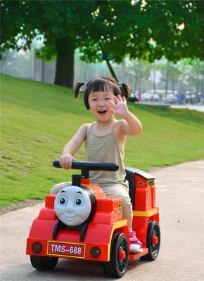 Xe điện bốn bánh hình tàu hỏa dành cho trẻ .