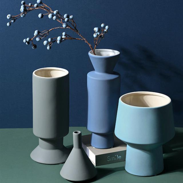 Bình gốm đơn giản trang trí nhà và phòng khách .