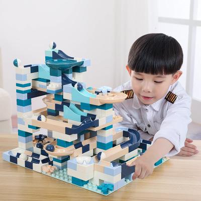 Bộ đồ chơi của trẻ em lắp ráp xây dựng cầu trượt .