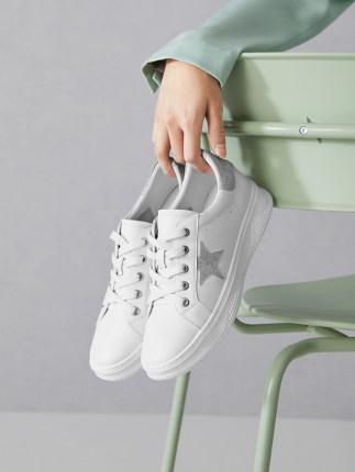 BELLE  Giày trắng nữ Giày nữ màu trắng nữ mùa thu 2019 trung tâm mua sắm mới với cùng một đoạn da se