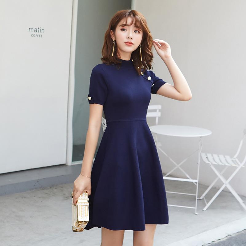 Thời trang Mùa xuân 2019 của phụ nữ mới dệt kim nửa cổ cao ngắn tay nút kim loại nhỏ nước hoa màu rắ