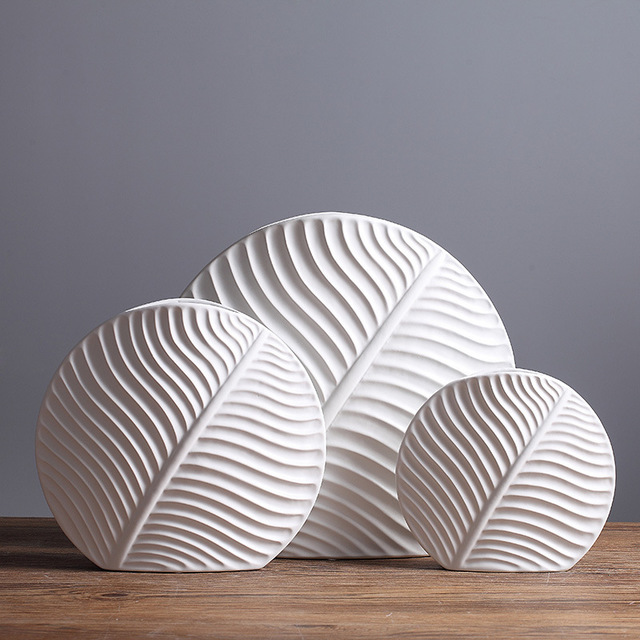 Bình gốm trắng đơn giản dùng để trang trí nhà .