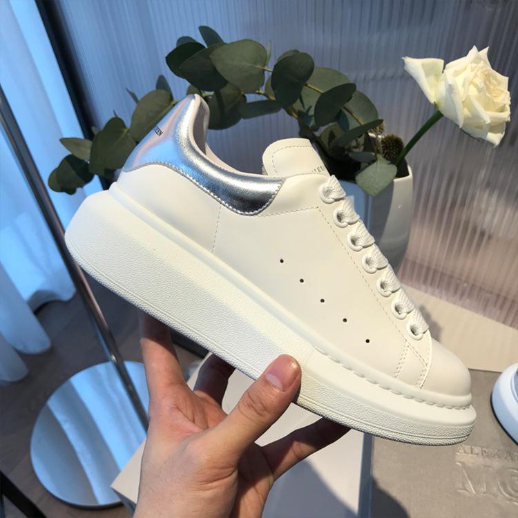 Joytrip Giày tăng chiều cao Giày nhỏ màu trắng nữ McQueen xuất xưởng bán buôn mạng màu đỏ với cùng m