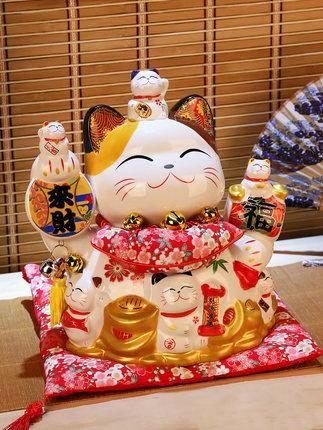 Đồ trang trí bằng gốm sứ chú mèo may mắn .