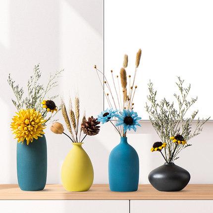 Bình hoa khô trang trí phòng khách .