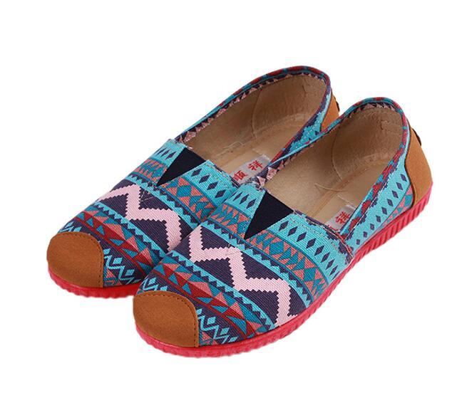 Giày lười chất liệu vải thổ cẩm dành cho nữ .