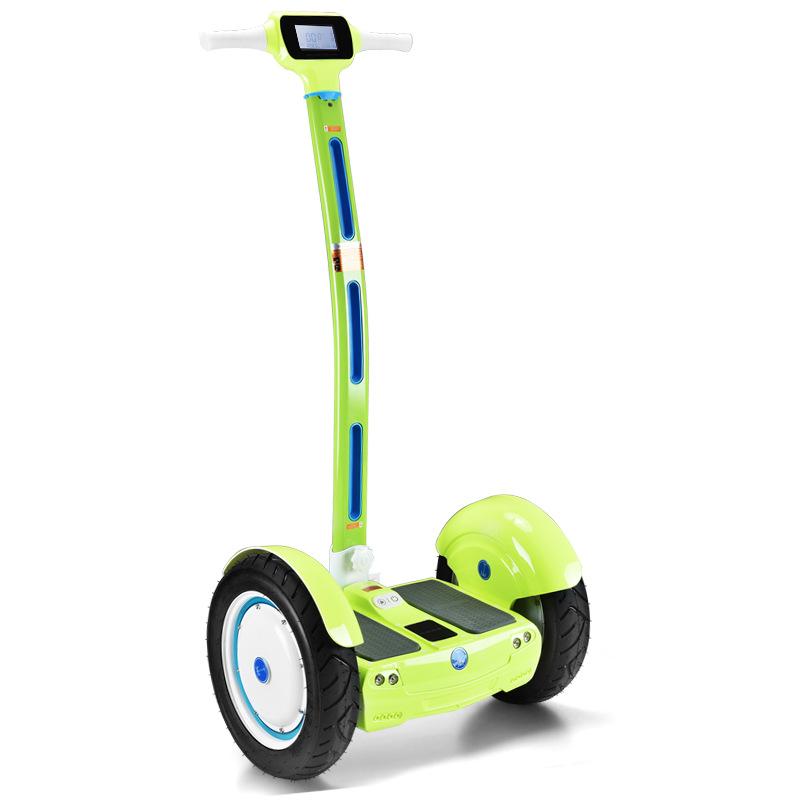 xe điện cân bằng có thanh kê chân điều khiển thông minh .