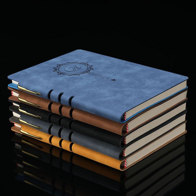 Cuốn sổ tay ghi chép với lớp ngoài giả da retro thời thượng .