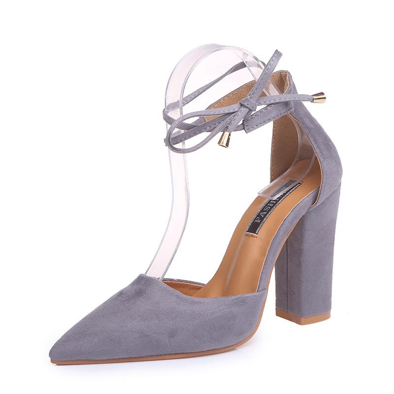 giày cao gót mũi nhọn dành cho nữ .