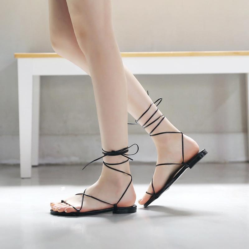 Giày sandal kiểu thắt dây La Mã đế thấp dành cho nữ .