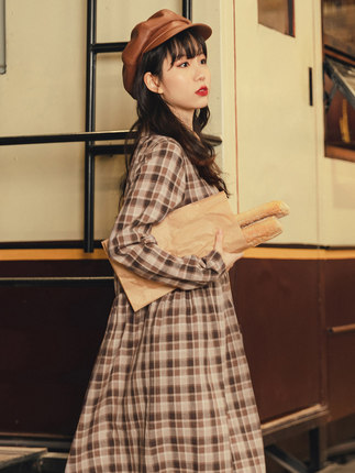 Yinman Đầm Inman trí tuệ hút thuốc retro retro eo cao hoa kẻ sọc nhỏ nước hoa dài tay váy đầu mùa th