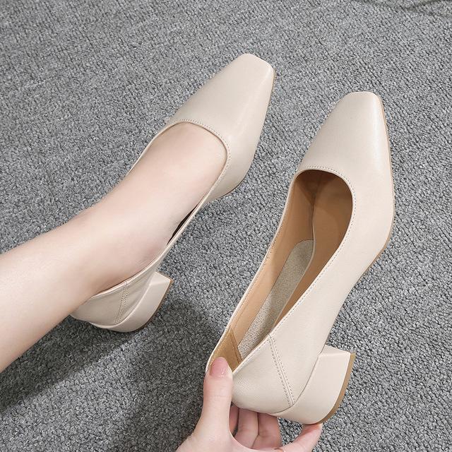 Giày búp bê gót thấp với chất da mềm dành cho nữ .