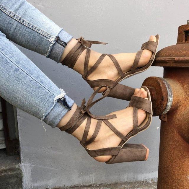 Giày nữ cao gót kiểu dáng thời trang mới .