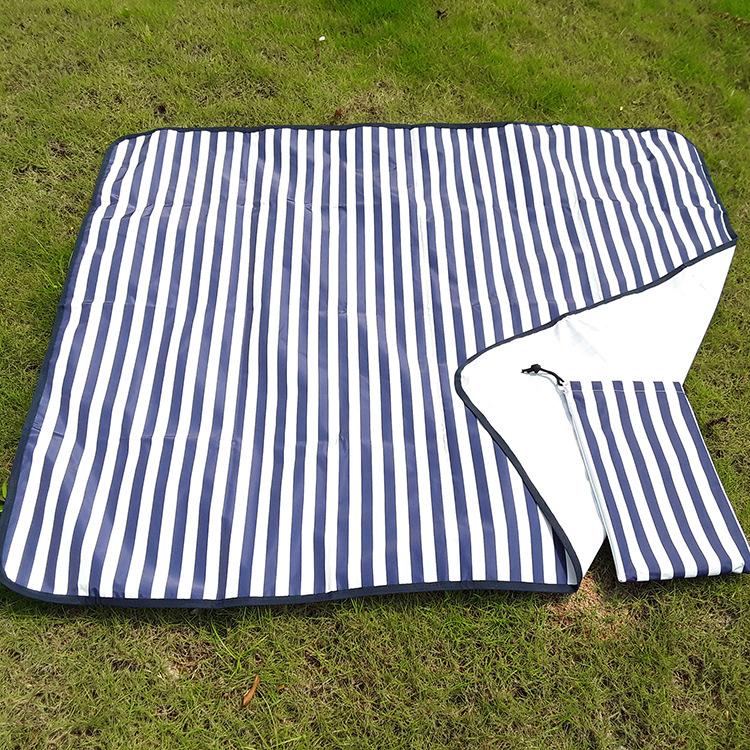 Thảm lót chống ẩm kiểu sọc dành cho dã ngoại .