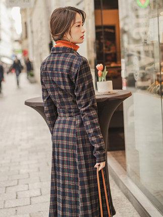 Yinman Đầm Inman 2019 mùa thu mới văn chương ve áo dài tay kẻ sọc nữ retro dài đoạn qua eo eo cotton