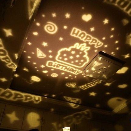Máy chiếu ánh sáng đầy sao bầu trời trên trần nhà .