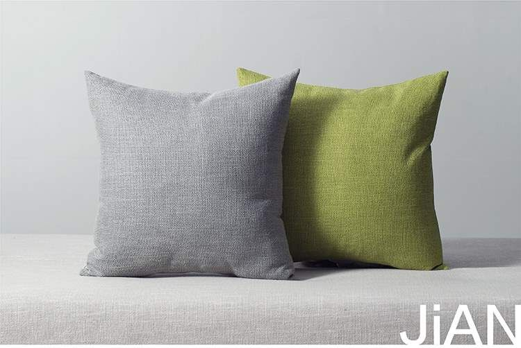 Ghế sofa màu vàng, bọc gối nền vuông, dày đặc... vải lụa trắng... phòng khách kiểu dáng giản dị.