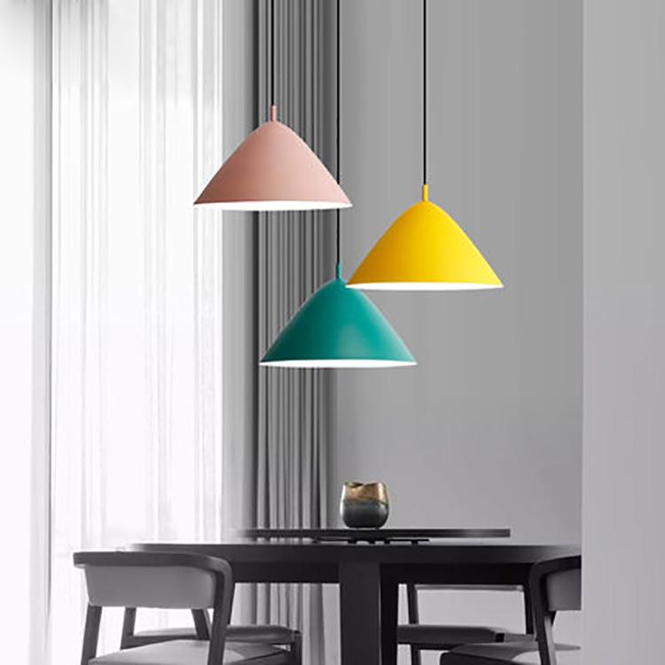 Đèn treo trần trang trí theo kiểu hiện đại đơn giản .