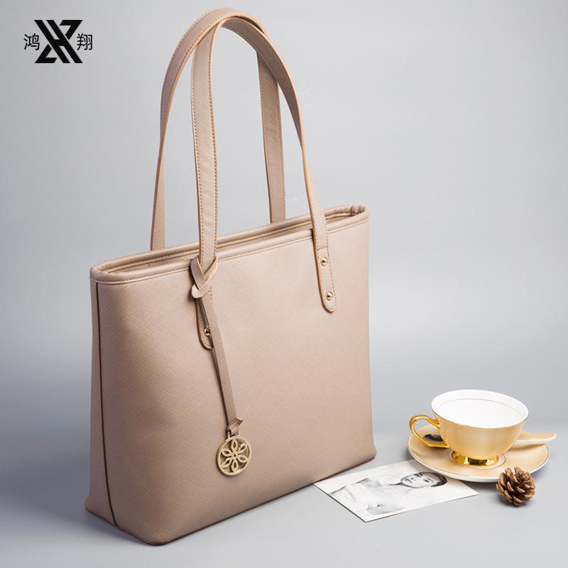 Túi xách đeo vai kiểu dáng thời trang cho nữ .
