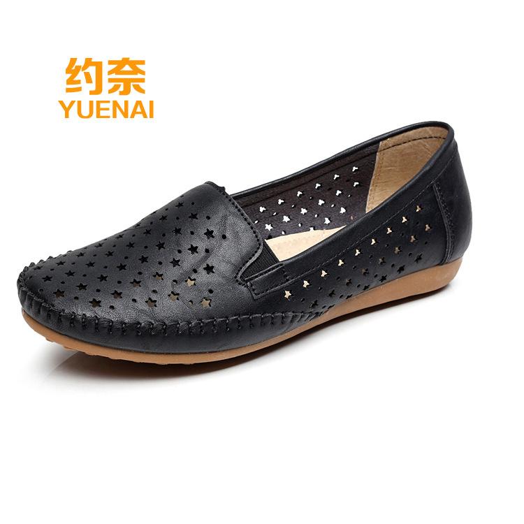Thị trường giày nữ Mùa hè lỗ đậu bằng phẳng giày đế bằng rỗng mẹ giày trung niên và cũ dép mềm đế gi