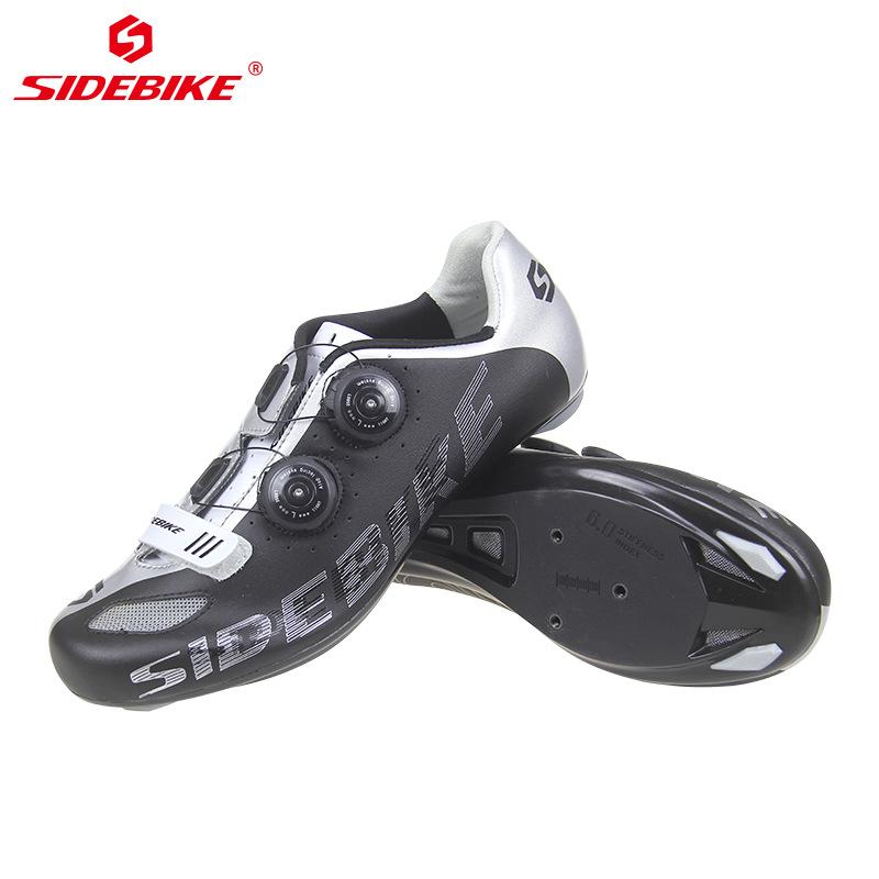 Giày thể thao đá banh nhẹ chống trượt dành cho nam .